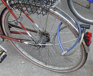 2 Kabelschlösser an einem Fahrrad